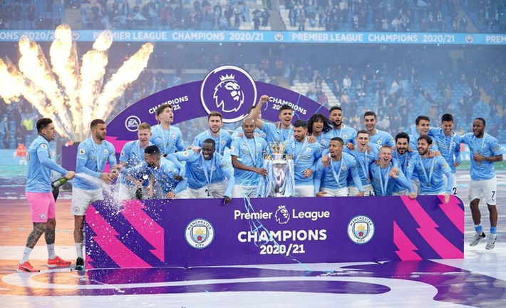 Pep Guardiola nhận nụ hôn bất ngờ và rớm nước mắt khi nhắc tới học trò trong ngày được trao cúp vô địch Ngoại hạng Anh - Ảnh 3.