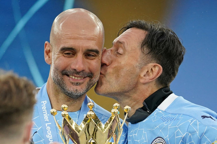 Pep Guardiola nhận nụ hôn bất ngờ và rớm nước mắt khi nhắc tới học trò trong ngày được trao cúp vô địch Ngoại hạng Anh - Ảnh 4.