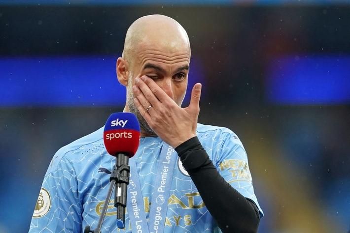 Pep Guardiola nhận nụ hôn bất ngờ và rớm nước mắt khi nhắc tới học trò trong ngày được trao cúp vô địch Ngoại hạng Anh - Ảnh 5.