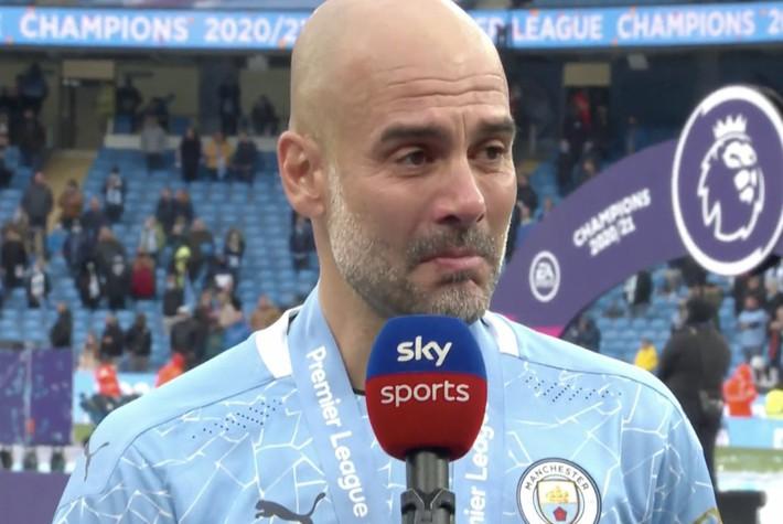Pep Guardiola nhận nụ hôn bất ngờ và rớm nước mắt khi nhắc tới học trò trong ngày được trao cúp vô địch Ngoại hạng Anh - Ảnh 6.
