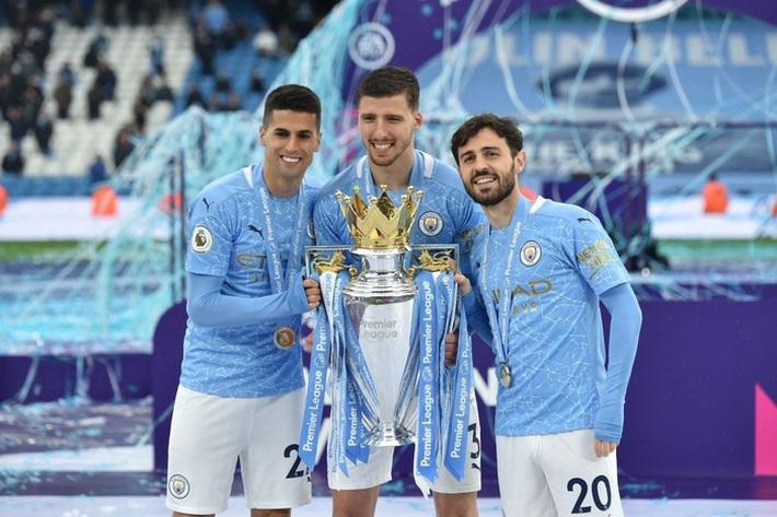 Pep Guardiola nhận nụ hôn bất ngờ và rớm nước mắt khi nhắc tới học trò trong ngày được trao cúp vô địch Ngoại hạng Anh - Ảnh 8.