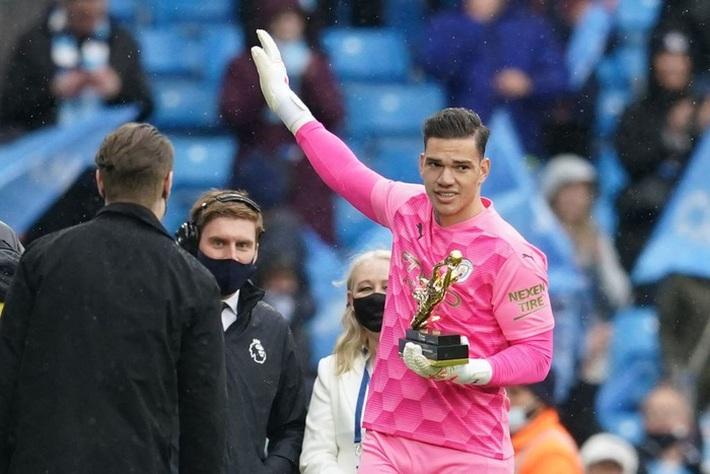 Pep Guardiola nhận nụ hôn bất ngờ và rớm nước mắt khi nhắc tới học trò trong ngày được trao cúp vô địch Ngoại hạng Anh - Ảnh 9.