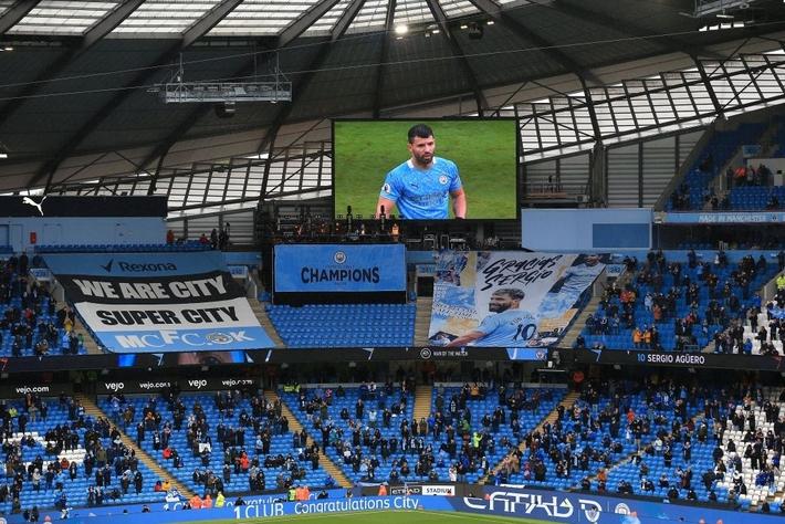 Pep Guardiola nhận nụ hôn bất ngờ và rớm nước mắt khi nhắc tới học trò trong ngày được trao cúp vô địch Ngoại hạng Anh - Ảnh 10.
