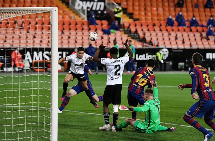 Ngược dòng hạ Valencia, Barcelona quyết không buông cuộc đua vô địch La Liga - Ảnh 4.