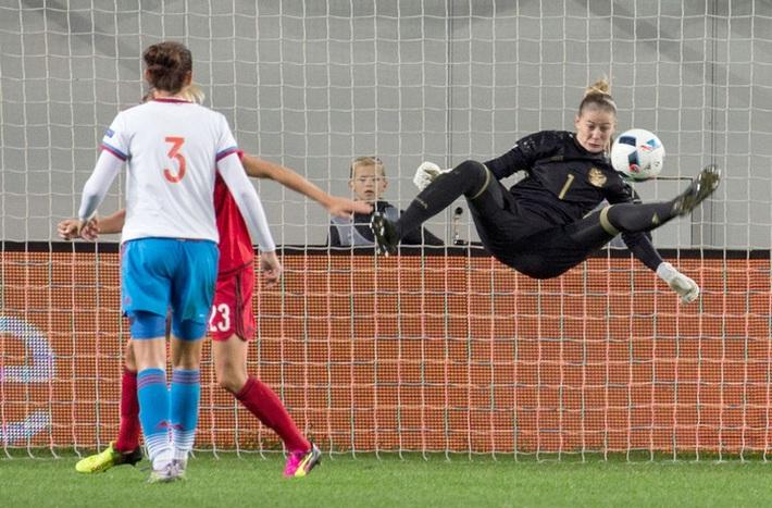 Nữ tuyển thủ Nga tiết lộ: Cầu thủ nữ dễ làm chuyện ấy trước trận hơn đồng nghiệp nam - Ảnh 2.