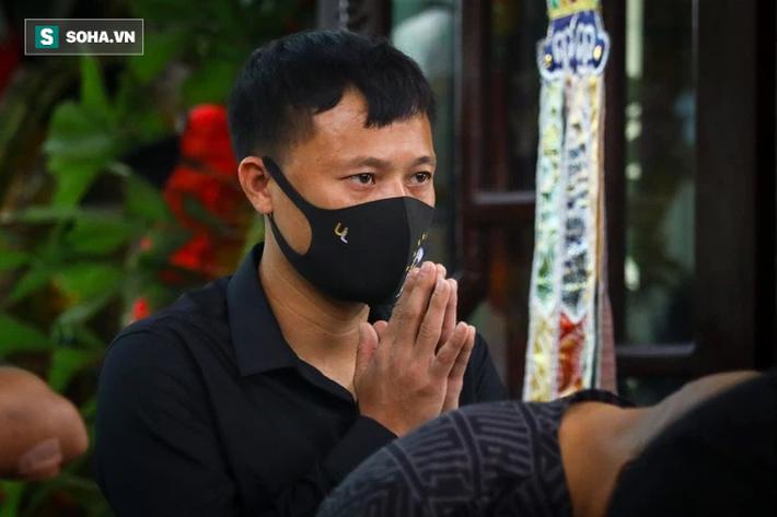 HLV Mai Đức Chung, cầu thủ Thành Lương đến lễ viếng HLV Lê Thụy Hải - Ảnh 1.