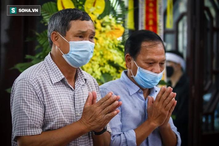 HLV Mai Đức Chung, cầu thủ Thành Lương đến lễ viếng HLV Lê Thụy Hải - Ảnh 2.