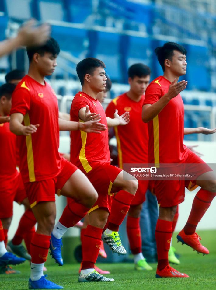 Tuấn Anh không ra sân tập trước trận Việt Nam - Malaysia - Ảnh 4.