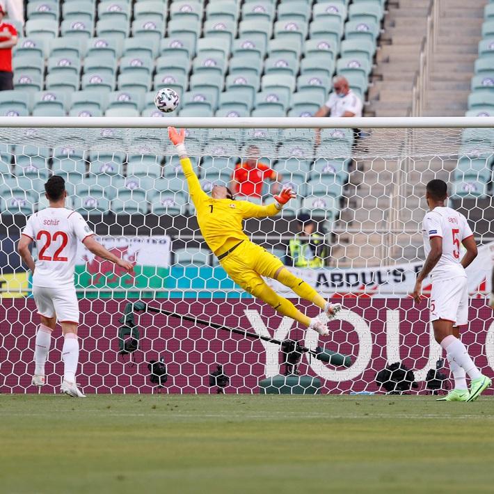 Thủ môn Thụy Sĩ cứu thua như Tấn Trường, Gareth Bale hú vía trong ngày ra quân ở Euro 2020 - Ảnh 2.