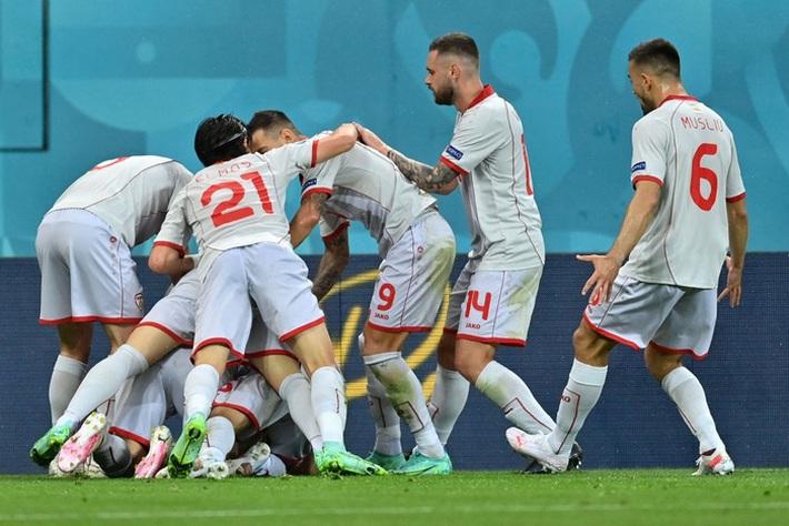 Ghi bàn giúp tuyển Áo thắng trận đầu tiên tại Euro, cầu thủ rơi nước mắt, nghẹn ngào không nói nên lời - Ảnh 3.