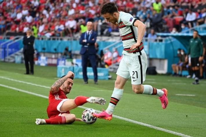 Ronaldo ghi cú đúp muộn màng, Bồ Đào Nha giành 3 điểm nhọc nhằn trước Hungary - Ảnh 1.