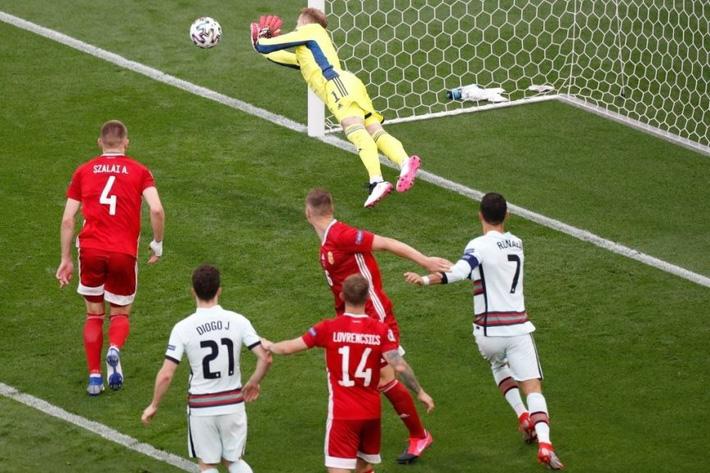 Ronaldo ghi cú đúp muộn màng, Bồ Đào Nha giành 3 điểm nhọc nhằn trước Hungary - Ảnh 2.