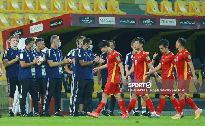 Ban huấn luyện UAE xếp hàng, vỗ tay động viên tuyển Việt Nam sau thất bại - Ảnh 1.