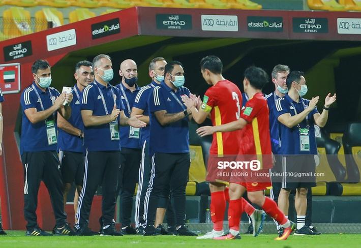 Ban huấn luyện UAE xếp hàng, vỗ tay động viên tuyển Việt Nam sau thất bại - Ảnh 2.