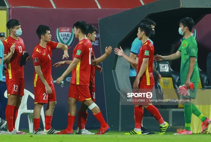 Ban huấn luyện UAE xếp hàng, vỗ tay động viên tuyển Việt Nam sau thất bại - Ảnh 4.