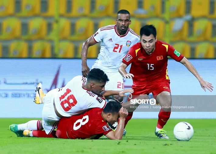 Ban huấn luyện UAE xếp hàng, vỗ tay động viên tuyển Việt Nam sau thất bại - Ảnh 6.
