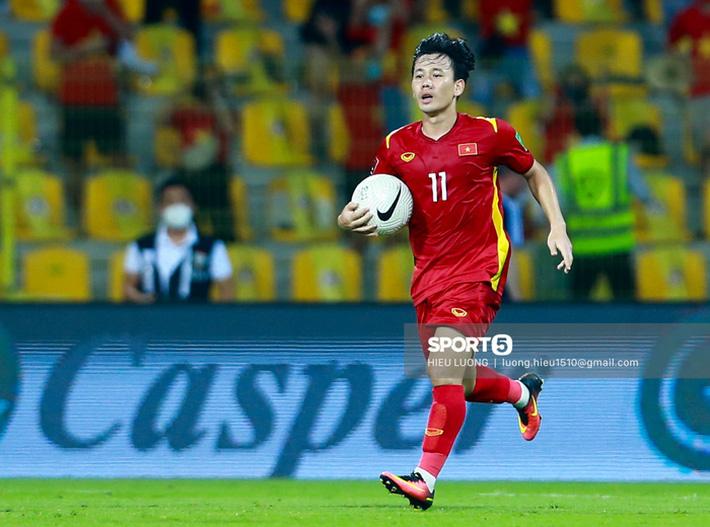 Ban huấn luyện UAE xếp hàng, vỗ tay động viên tuyển Việt Nam sau thất bại - Ảnh 8.