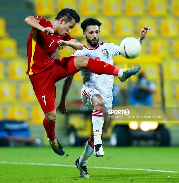 Ban huấn luyện UAE xếp hàng, vỗ tay động viên tuyển Việt Nam sau thất bại - Ảnh 9.