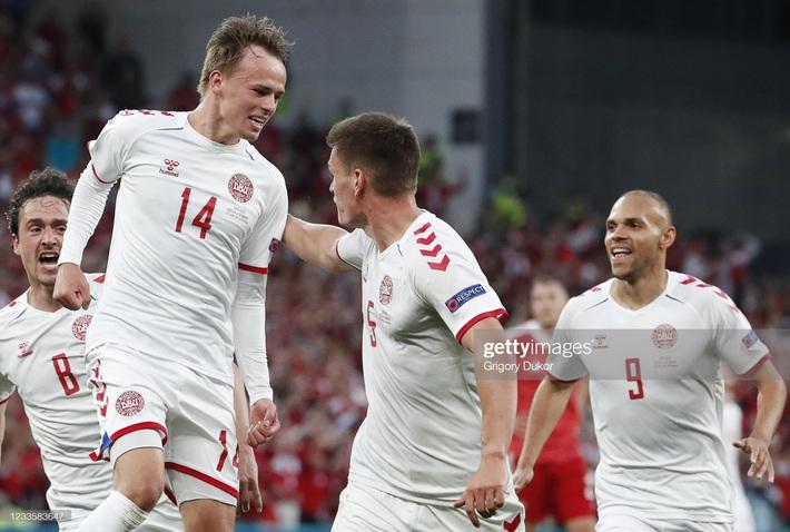 Euro 2020: Đan Mạch hồi sinh theo kịch bản không tưởng; Lukaku tuyên chiến với Ronaldo - Ảnh 1.