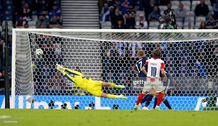Modric ghi siêu phẩm đưa Croatia lách qua khe cửa hẹp; Tam sư vững ngôi đầu nhờ chân gỗ - Ảnh 3.