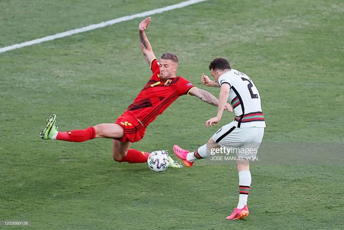 Ronaldo giận dữ ném đi băng đội trưởng, Bồ Đào Nha bị nhấn chìm bởi siêu phẩm theo kiểu CR7 - Ảnh 1.