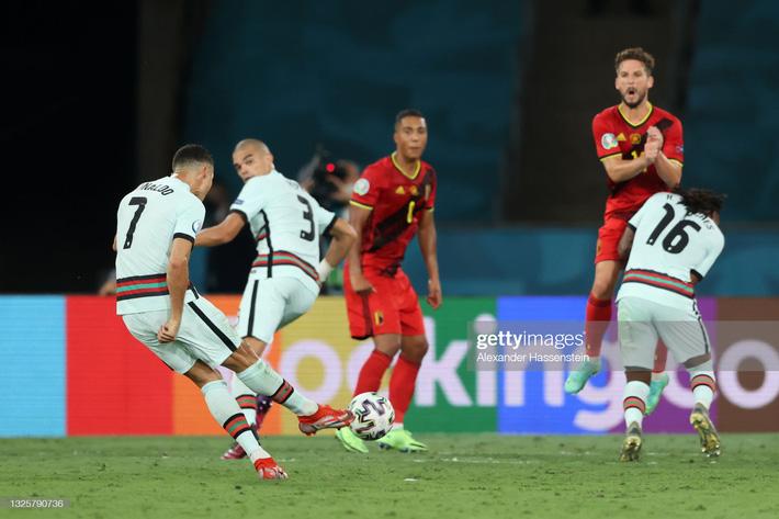 Ronaldo giận dữ ném đi băng đội trưởng, Bồ Đào Nha bị nhấn chìm bởi siêu phẩm theo kiểu CR7 - Ảnh 2.