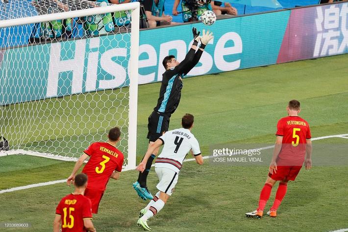 Ronaldo giận dữ ném đi băng đội trưởng, Bồ Đào Nha bị nhấn chìm bởi siêu phẩm theo kiểu CR7 - Ảnh 3.