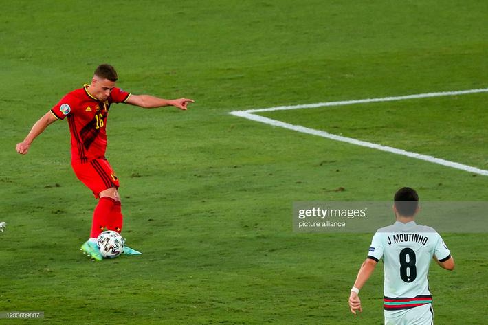 Ronaldo giận dữ ném đi băng đội trưởng, Bồ Đào Nha bị nhấn chìm bởi siêu phẩm theo kiểu CR7 - Ảnh 4.