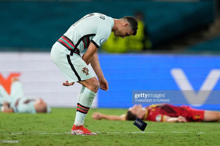 Ronaldo giận dữ ném đi băng đội trưởng, Bồ Đào Nha bị nhấn chìm bởi siêu phẩm theo kiểu CR7 - Ảnh 8.