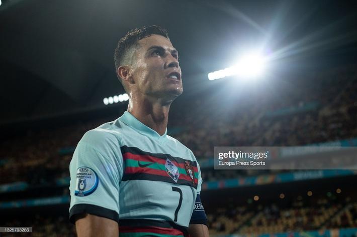 Ronaldo giận dữ ném đi băng đội trưởng, Bồ Đào Nha bị nhấn chìm bởi siêu phẩm theo kiểu CR7 - Ảnh 9.