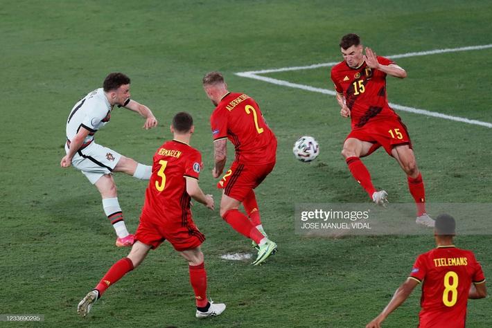 Ronaldo giận dữ ném đi băng đội trưởng, Bồ Đào Nha bị nhấn chìm bởi siêu phẩm theo kiểu CR7 - Ảnh 7.