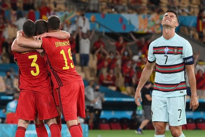 Ảnh: Cầu thủ Bồ Đào Nha thất thần sau khi trở thành cựu vương của Euro - Ảnh 1.