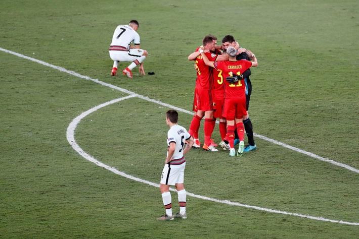 Ảnh: Cầu thủ Bồ Đào Nha thất thần sau khi trở thành cựu vương của Euro - Ảnh 2.
