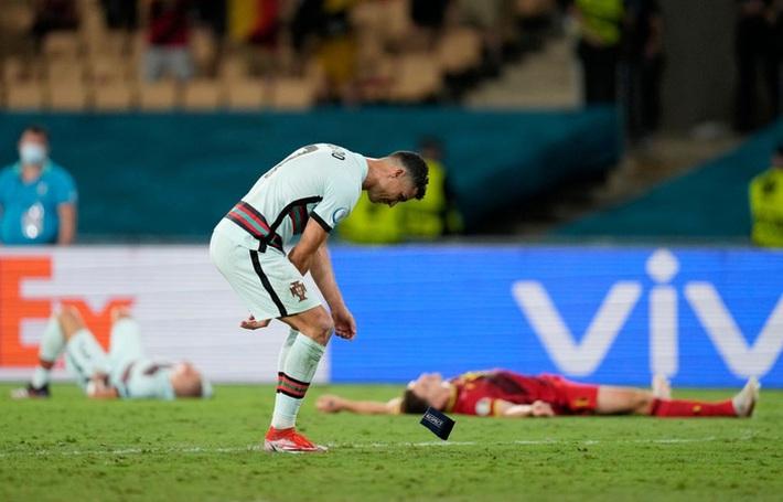 Ảnh: Cầu thủ Bồ Đào Nha thất thần sau khi trở thành cựu vương của Euro - Ảnh 3.