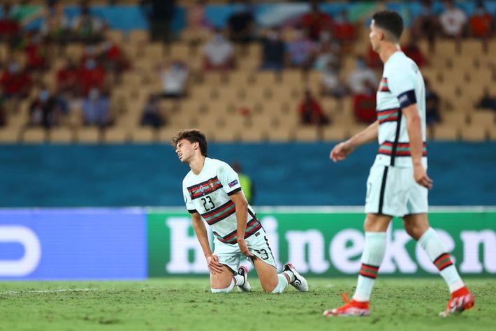 Ảnh: Cầu thủ Bồ Đào Nha thất thần sau khi trở thành cựu vương của Euro - Ảnh 4.