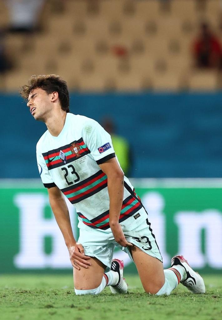 Ảnh: Cầu thủ Bồ Đào Nha thất thần sau khi trở thành cựu vương của Euro - Ảnh 5.