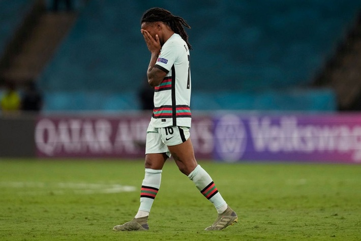 Ảnh: Cầu thủ Bồ Đào Nha thất thần sau khi trở thành cựu vương của Euro - Ảnh 6.