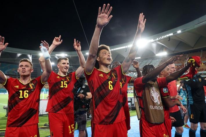 Ảnh: Cầu thủ Bồ Đào Nha thất thần sau khi trở thành cựu vương của Euro - Ảnh 10.