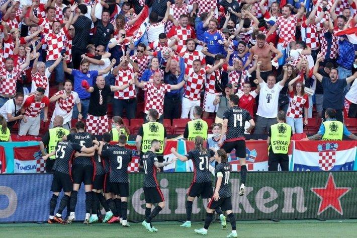 Euro 2021 vừa trải qua một ĐÊM ĐIÊN RỒ - Ảnh 1.