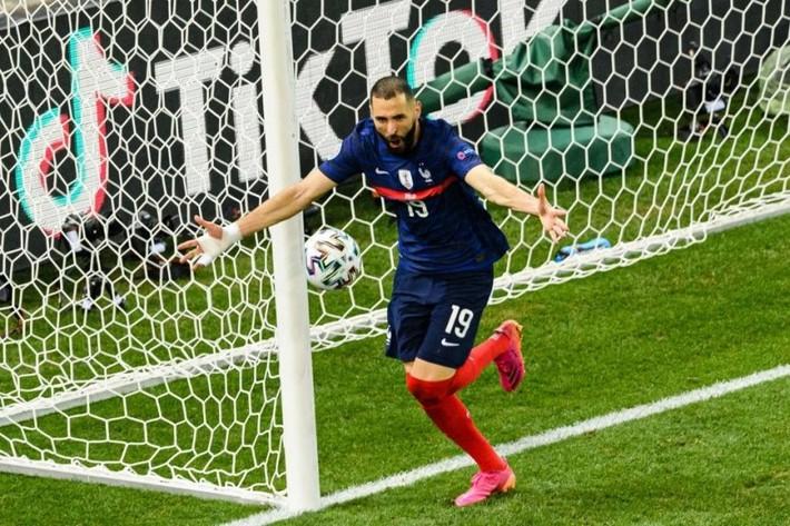 Euro 2021 vừa trải qua một ĐÊM ĐIÊN RỒ - Ảnh 3.