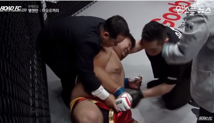 Bị đá hạ bộ ở giây thứ 9, võ sĩ 148kg của Trung Quốc giãy đành đạch rồi khóc rưng rức - Ảnh 2.
