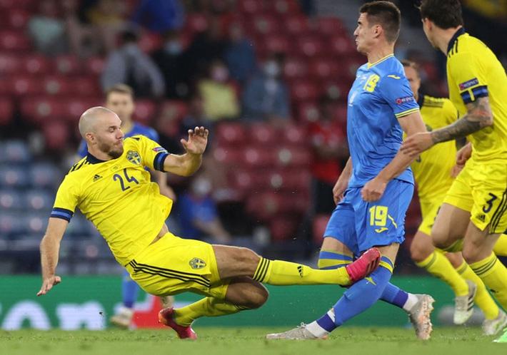 Tiền đạo Ukraine chia tay Euro 2020 sau pha phạm lỗi kinh hoàng của đồng nghiệp - Ảnh 1.