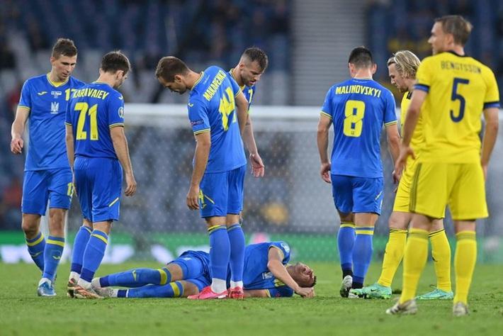 Tiền đạo Ukraine chia tay Euro 2020 sau pha phạm lỗi kinh hoàng của đồng nghiệp - Ảnh 2.