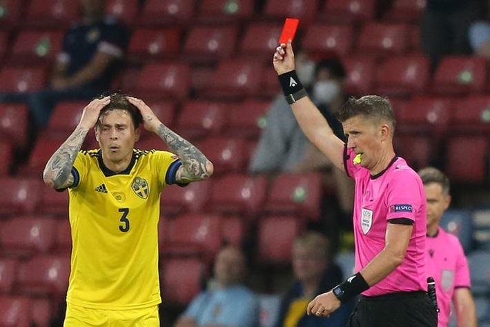 Tiền đạo Ukraine chia tay Euro 2020 sau pha phạm lỗi kinh hoàng của đồng nghiệp - Ảnh 3.