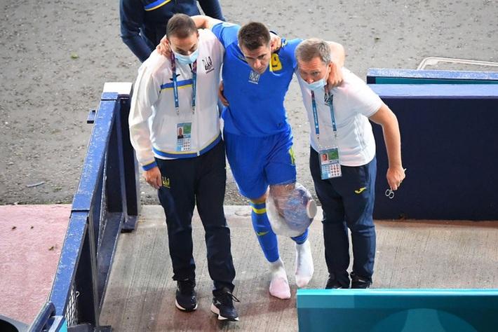 Tiền đạo Ukraine chia tay Euro 2020 sau pha phạm lỗi kinh hoàng của đồng nghiệp - Ảnh 4.