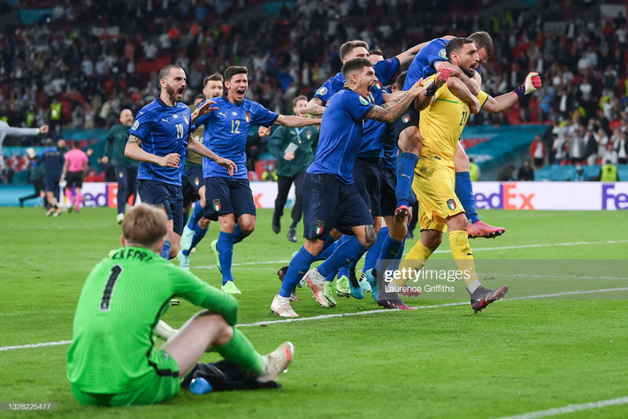 Ảnh: Đội tuyển Italia ăn mừng chức vô địch Euro 2020 trong nỗi đau khôn cùng của người Anh - Ảnh 2.