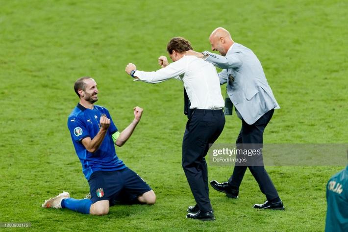Ảnh: Đội tuyển Italia ăn mừng chức vô địch Euro 2020 trong nỗi đau khôn cùng của người Anh - Ảnh 4.
