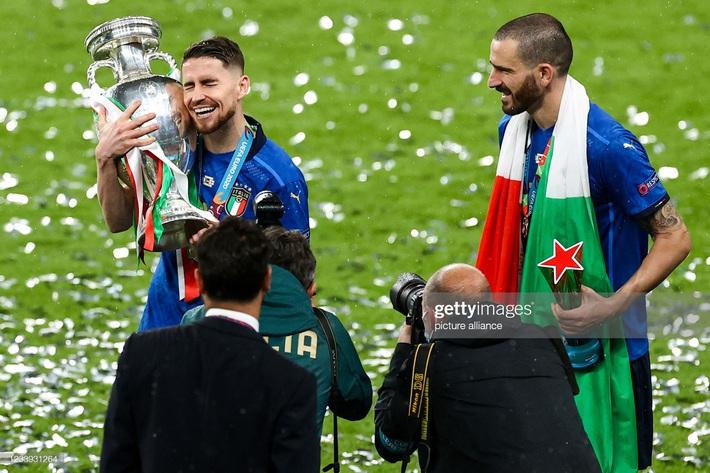 Ảnh: Đội tuyển Italia ăn mừng chức vô địch Euro 2020 trong nỗi đau khôn cùng của người Anh - Ảnh 13.