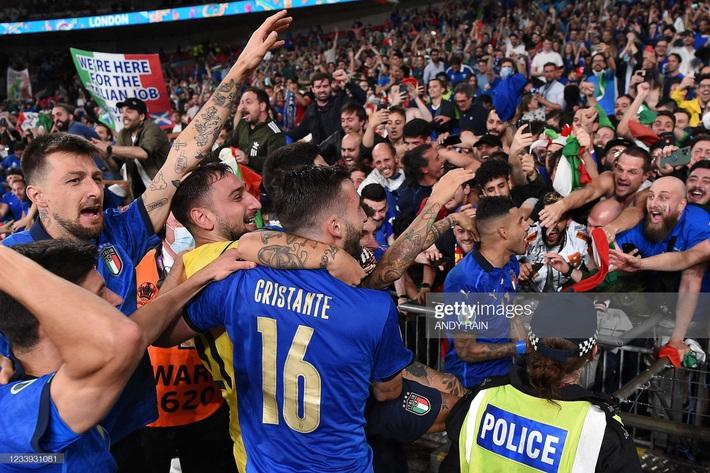 Ảnh: Đội tuyển Italia ăn mừng chức vô địch Euro 2020 trong nỗi đau khôn cùng của người Anh - Ảnh 12.