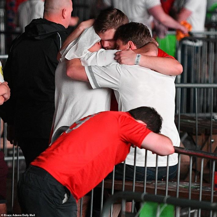 Nước Anh tang tóc sau trận thua chung kết Euro, nhiều trường học phát đi thông báo lạ - Ảnh 3.